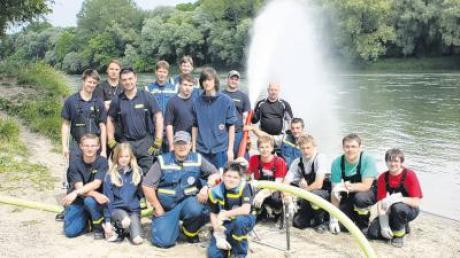 Zum Schluss posierten die Übungsteilnehmer vor der erfolgreich installierten Wasserfontäne – welche auch einen kleinen Vorgeschmack auf das Feuerwehrjubiläum lieferte.