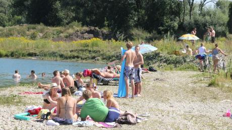 """Die Badegäste wollen sich """"ihren"""" Schulzweiher in Bergheim nicht so leicht wegnehmen lassen."""
