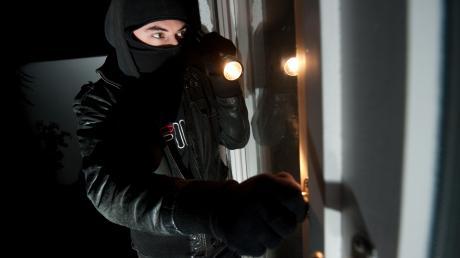Nach drei Wohnungseinbrüchen in der Dämmerung gibt die Polizei Tipps gegen Ganoven.