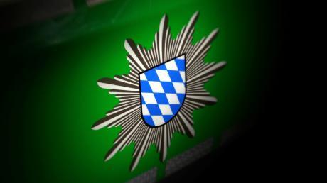 Vermutlich durch Fußtritt hat ein Unbekannter hat im Landkreis Donau-Ries einen Pkw beschädigt.