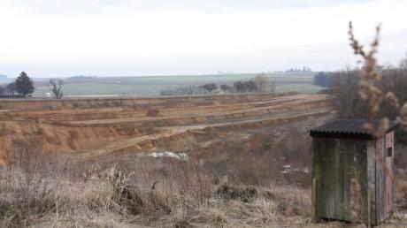 Bis zum Jahr 2026 soll die Lehmgrube bei Attenfeld, aus der die Ziegelei Stengel aus Donauwörth derzeit noch ihren Rohstoff zur Herstellung von Ziegeln gewinnt, von der Firma Geiger wieder rekultiviert werden. Die Grube soll unter anderem mit belasteten Materialien aufgefüllt werden. Dagegen wehrt sich die Gemeinde nun.