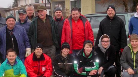 18 freiwillige Helfer des Gartenbauvereins und der Jugendfeuerwehr Bertoldsheim haben fünf Stunden lang Fluren und Wege um Bertoldsheim sauber gemacht.