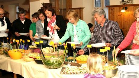 Mit einem reichhaltigen Salatbuffet wusste der Gartenbauverein Bergheim im Gasthaus Zum Löwen Magen und Gaumen seiner Gäste zu erfreuen.
