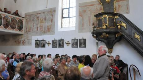 Restlos gefüllt war die Bertoldsheimer Kirche, in der Manfred Veit rund 150 Besuchern Wissenswertes über die St-Michaels-Kirche erzählte.