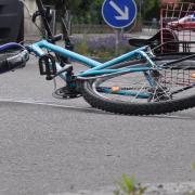 Ein Junge in Gundelfingen stürzt nach einem Rad-Überholmanöver. (Symbolbild)
