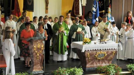 Mit einem Festgottesdienst verabschiedete die Pfarreiengemeinschaft Oberhausen ihren langjährigen Pfarrer Pater Georg Thoppil (Bildmitte).