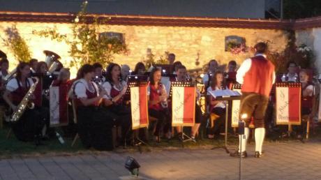 Die Blaskapelle Oberhausen mit ihrem Dirigenten Paul Dieterle in Aktion. Im malerisch illuminierten Innenhof des Anwesens Appel spielten die Musikanten ihr Publikum so richtig in Stimmung.