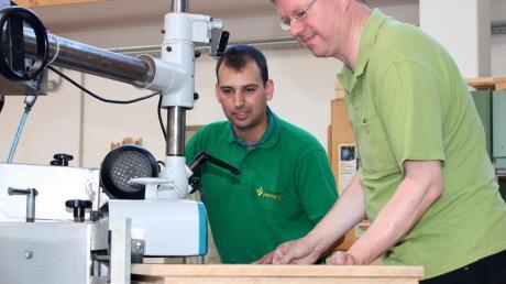 Pettmesser-Mitarbeiter Michael Waller zeigte Pfarrer Herbert Kohler (rechts) den Umgang mit der Tischfräse. So durfte Kohler einige der Fensterflügel für das Pfarrheim selbst bearbeiten.