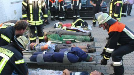 Vier Atemschutztrupps holten die Verletzten aus dem vernebelten Gebäude, während ihre Kollegen Schlauchleitungen aufbauten.