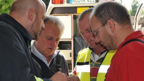 Lagebesprechung (von links): Oberhausens zweiter Feuerwehrkommandant Richard Birkmeier, Kommandant Braun, Neuburg, Kreisbrandinspektor Peter Mayer und Kreisbrandmeister Gerhard Pichler.