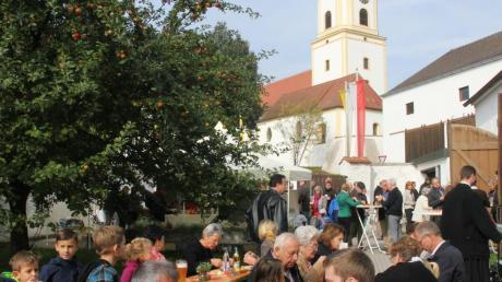 Viele Besucher hatten sich beim geselligen Teil des Patroziniums im Bergheimer Pfarrgarten eingefunden.