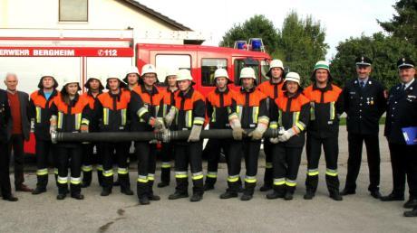Mit Erfolg absolvierten die Floriansjünger der Feuerwehr Bergheim ihre Leistungsprüfung. Zusammen mit den Prüfern, den Kommandanten und Rathauschef Michael Hartmann stellten sie sich abschließend zum Gruppenfoto.