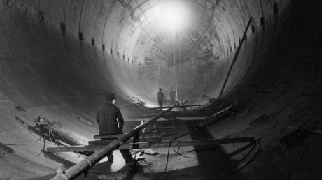 Blick ins Innere in einen der unterirdischen Tanks. Insgesamt waren auf dem Gelände in Unterhausen 30 Tanks im Boden vergraben, jeder von ihnen fasste 3,3 Millionen Liter Treibstoff.
