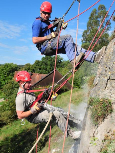 Steinschlag: Drei Fangnetze sichern das Dorf unterm Burghang ...