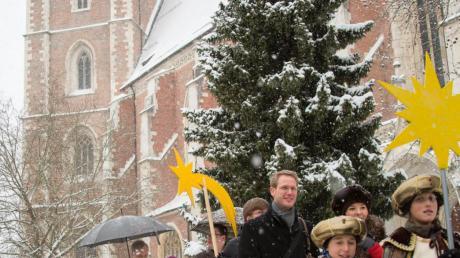 In dichtem Schneetreiben zogen die Sternsinger mit Bischof Gregor Maria Hanke bei der diözesanen Aussendung durch Ingolstadt.