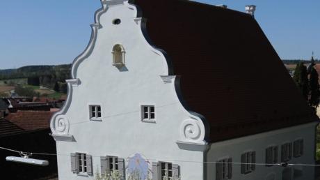 Ein Kleinod in Bertoldsheim stellt der von Michael und Sabine Filbig restaurierte historische Pfarrhof dar. Die jetzige Küche mit dem schönen Kreuzgewölbe wurde früher als Heizöllagerraum genutzt. Nachdem der Putz abgeschlagen wurde, war auch der Ölgeruch weg. Hinter der Vollziegelmauer vor der Außenwand befinden sich die Heizschlangen für die Wärmeversorgung.
