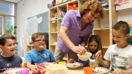 Über die Woche verteilt essen etwa 40 Kinder an der Grundschule in Unterstall zu Mittag. Dass der Tomateneintopf, den es gestern ab, gerecht verteilt wird, dafür sorgt Lilo Hippert.