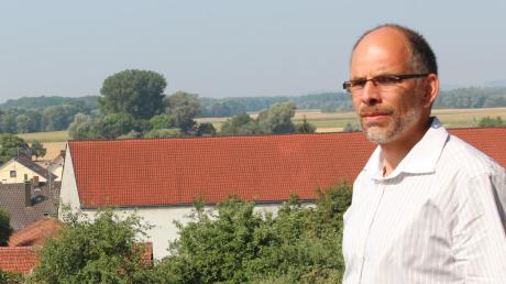 Wasserwirtschaftsamtsleiter Christian Leeb vor der Kulisse des geplanten Flutpolders westlich von Bertoldsheim zwischen Staatsstraße und Donau.