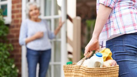 Ein Einkauf, ein Gespräch, Online-Shopping: In Corona-Zeiten bieten immer mehr Menschen ihre Unterstützung an.