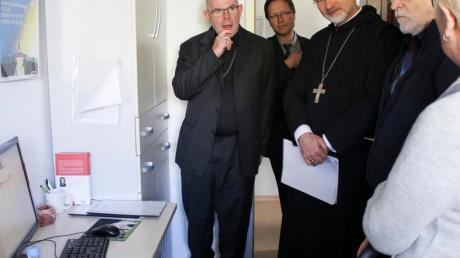 Bischof Gregor Maria Hanke (Mitte) und der evangelische Regionalbischof Hans-Martin Weiß (Zweiter von rechts) in der Telefonseelsorge Ingolstadt.