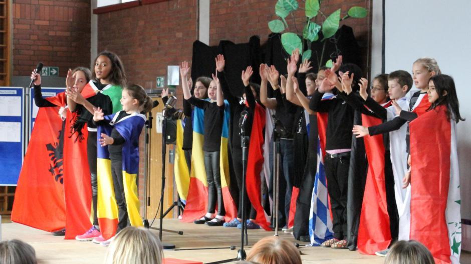 """Eine eindrucksvolle Forderung nach einem Miteinander aller Kinder dieser Welt brachten die Kinder der Musicalgruppe der Schule an der Lessingstraße dar. Ihre Lieder """"Ich bin der Hass"""" und """"Wir sind alle Kinder dieser Welt"""" berührten sie die Tagungsteilnehmer."""