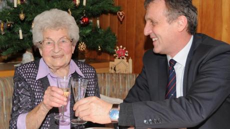 Bürgermeister Georg Hirschbeck stieß mit Resi Anspacher auf ihren 90. Geburtstag an und wünschte noch viele schöne Jahre.