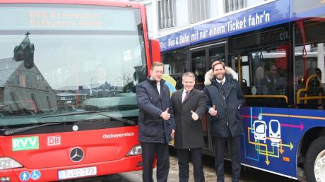 Die Regionalbus Ostbayern (RBO) ist neuer Verbundpartner im Gemeinschaftstarif der Busse und Bahnen. Unser Foto zeigt (von links): Robert Frank, den Geschäftsführer der Ingolstädter Verkehrsgesellschaft, Oberbürgermeister Christian Lösel und Frank Westermann, den Geschäftsführer der RBO.