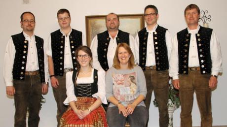 Der Vorstand der Ehekirchener Blaskapelle (von links stehend) Vorsitzender Joachim Schmalbach, Andreas Karmann, Helmut Bürle, Stefan Beck und Musikleiter Klaus Hörmann, (sitzend) Kristina Groll und Daniela Wittmann.