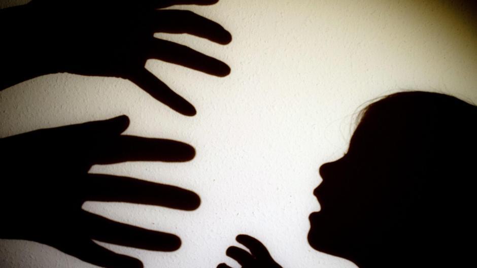Ein Mädchen mit schwarzem Kind datiert