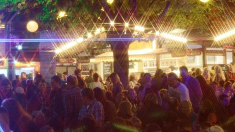 Am Hofgarten, dort, wo das ganze Jahr über ein eher beschauliches Nachtleben stattfindet, war am Wochenende mächtig was los. Tausende Besucher kamen zum Essen, Cocktails trinken, Livemusik hören, ratschen und feiern.