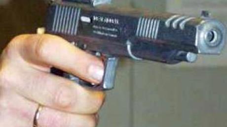 Ein 18-Jähriger hat auf dem Herbstfest in Ingolstadt eine Spielzeugpistole gewonnen. Doch die Freude währte nur kurz, denn noch am Abend kassierte er eine Anzeige der Polizei.