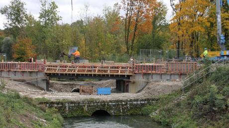 Der Neubau der Brücke an der Staustufe Bittenbrunn soll bis Ende des Jahres fertig sein. Die Maßnahme dort war notwendig, da der Durchlass der alten Brücke zu klein dimensioniert war.