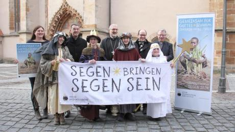 Vor dem Neumarkter Münster gaben diese vier Sternsinger schon einmal einen Vorgeschmack auf den 29. Dezember. An diesem Tag werden knapp 2000 den Start des Dreikönigsingens 2017 feiern.