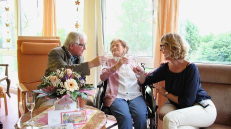 Albertine Breyer (Mitte) feierte am Mittwoch in Bertoldsheim mit Alfred Ehrnstraßer, dem 2. Bürgermeister der Marktgemeinde Rennertshofen, und mit Andrea Müller, ihrer Betreuerin vom Sozialdienst, ihren 95. Geburtstag.