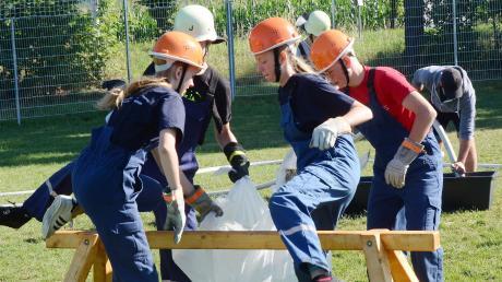 Beim Wassertransport in der Folie war der Teamgeist der jungen Feuerwehrmädchen und -burschen gefragt.