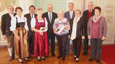 Im Rahmen einer Feierstunde überreichte Landrat Anton Knapp an Theresia Fuchs und an Rosina Haid (Bildmitte) die Verdienstmedaillen des Verdienstordens der Bundesrepublik Deutschland. Zu den ersten Gratulanten gehörten die Bürgermeister der Heimatgemeinden, Gerd Risch (Wettstetten) und Ludwig Diepold (Großmehring).