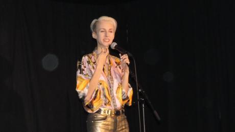 Kabarettistin Lisa Eckhard war in Schönesberg zu Gast.