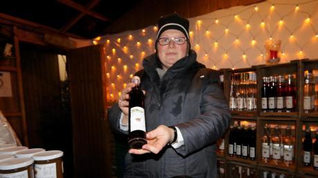 Vorne steht der Tisch mit Dutzenden Gläschen zum Probieren, im Marktstand verkauft Monika Marschall bis einschließlich Sonntag auch größere Flaschen und Gläser mit Bodensee-Spezialitäten in ihrem Stand auf dem Neuburger Weihnachtsmarkt.