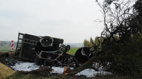 Einer der Einsätze, zu denen die Feuerwehr Bertoldsheim gerufen wurde: Nach einem Zusammenstoß mit einem anderen Traktor brannte diese Zugmaschine an der Staatsstraße nach Marxheim völlig aus.