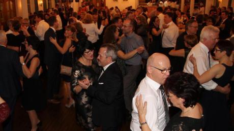 Schwarz-Weiß ist das Motto des Landwirtschaftsballs in Schönesberg. Neben einem unterhaltsamen Programm kommen die Gäste vor allem wegen des Tanzens immer wieder gerne.