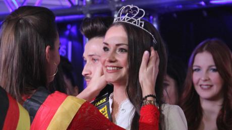 Sarah Zahn macht gerade ihre Ausbildung zur Erzieherin. Auf dem Foto wird die 22-Jährige gerade zur Miss Bayern gekürt.
