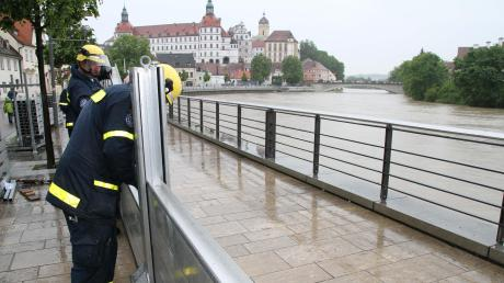 Eine mobile Staumauer ist Teil des Hochwasserschutzes, der in regelmäßigen Abständen geprobt werden muss. Nun wird in Neuburg an der Donau mit Warnstufe 3 gerechnet.