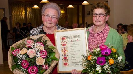 Lidwina Seitle (links), 16 Jahre Zweite Vorsitzende, wurde von der Vorsitzenden Brigitte Gottschall verabschiedet.