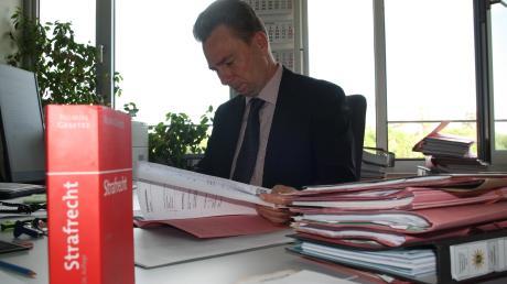 Akten über Akten stapeln sich im Büro von Nicolas Kaczynski. Monatlich müssen die aktuell 19 Staatsanwälte knapp 200 neue Verfahren bearbeiten.