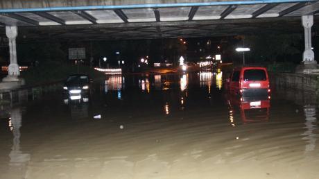 Unter der Eisenbahnbrücke zwischen Schlosslände und Schillerbrücke blieben Autos im Wasser stecken