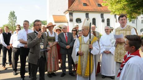 Bürgermeister Georg Hirschbeck (mit Amtskette) hieß den emeritierten Abtprimas Dr. Notker Wolf willkommen. Mit dabei war auch Neuburg-Schrobenhausens Landrat Roland Weigert (links neben Hirschbeck).