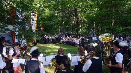 Die Schuttertaler Blaskapelle sorgte für den passenden musikalischen Rahmen beim Gottesdienst an der Willibaldsruh' im Wald bei Attenfeld. Die kleine Kapelle war am Sonntag anlässlich des Patroziniums des Heiligen wieder Ziel vieler Gläubiger.