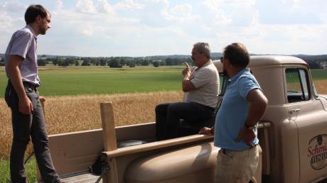 Projektbetreuer Michael Hafner, Landwirt Paul Strixner und Anlieger Karl-Heinz Schmidl (von links) beim Ortstermin auf dem Abenberg mit Blick auf den Südteil der Schorner Röste.