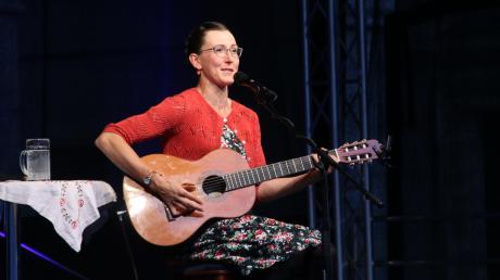"""Zwei ausverkaufte Konzerte spielte Martina Schwarzmann in Neuburg. """"Die Hälfte von euch ist doch nicht freiwillig da. Ich bin doch noch das Weihnachtsgeschenk vom letzten Jahr"""", unkte sie – und erntete zustimmendes Gelächter."""