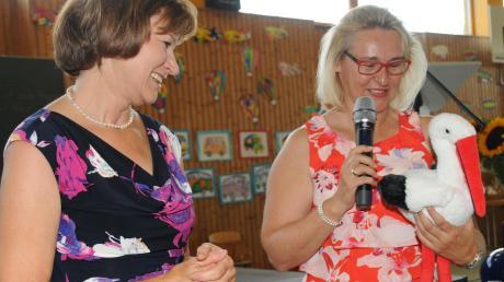 Das Schulleben in Rennertshofen geht nun mit der neuen Rektorin Iris Plichta weiter. Marianne Stößl überreichte ihr einen kleinen Stoffstorch als Glücksbringer.